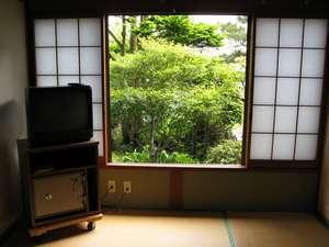 【和室】1階のお部屋からは四季折々の庭風景が望めます。