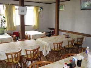 【食堂】1階にある食堂は日当たりが良く、広々しています。