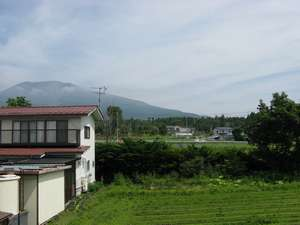 【景色】2階の部屋からははれていれば浅間山を望めます。