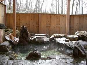 四季の宿 すばる:天然温泉露天岩風呂は内風呂と鍵をかけて同時に貸切でどうぞ