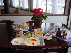 四季の宿 すばる:朝食もボリューム満点♪アツアツ焼き立てパンも好評