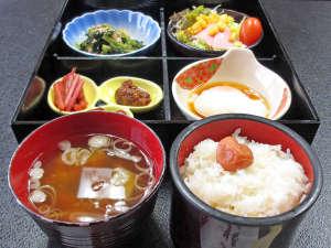 六日町温泉 いろりあん別館 さくら・さくら:*【朝食(一例)】お米は日本一の南魚沼産コシヒカリ!シンプルですが、栄養バランスのとれた和定食です。