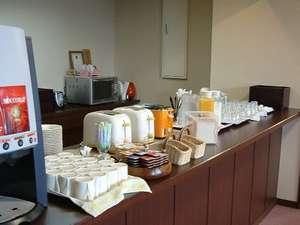 無料サービスの朝軽食はロビーカウンタにて7時~9時にてご用意しております。