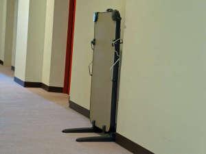 貸し出し用ズボンプレッサーは各階のエレベーター横に設置してあります。