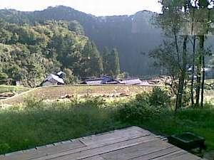 棚田の宿 池の鶴山舎:デッキからの棚田と山なみの眺め!