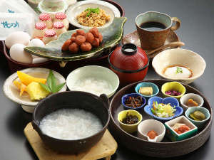 【こだわりの朝食】お粥膳!炊き立て秋田こまちを使用!9種類小鉢で様々な味が楽しめます♪