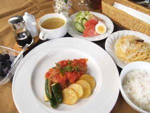ロッヂ トロンコ:鶏肉料理、サラダ前菜、パスタ、スープ、ご飯、デザート。
