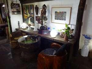 赤城温泉 御宿総本家:世界中から集めた骨董品が並ぶロビー