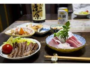 民宿青空:夕食には地元で獲れた魚料理と、地酒(焼酎)。家庭の味です♪