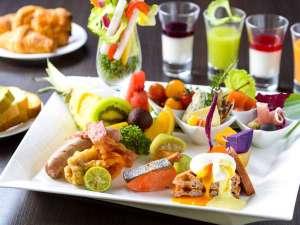 【朝食】厳選した食材からなる和洋ビュッフェ。沖縄らしいアイテムもふんだんにおりまぜられています。
