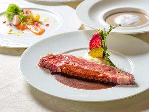 【ディナー】厚切りのアンガス牛ローストビーフをメインとした、贅沢なコースをお愉しみください。