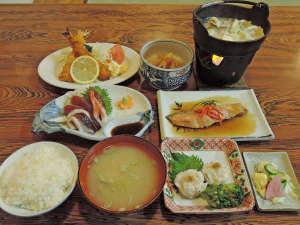 旅館 小幡勘兵衛:【夕食一例】お魚料理や揚げ物料理、鍋物などお値段以上と感じていただけるお料理をご用意しております!