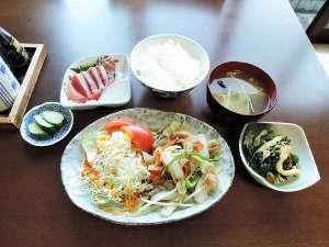 ビジネス旅館森田:*【食事/夕食一例】日替わりのおかずに、お刺身などをご提供いたします。