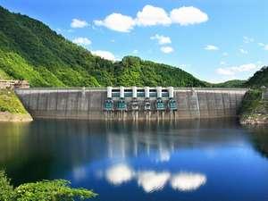 温泉ホテル 温井スプリングス:晴れの日の温井ダムと龍姫湖。山と湖が織り成す景観に心も癒されます♪