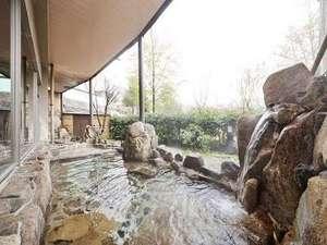 温井温泉 温井スプリングス:岩肌と緑の雰囲気が良い露天風呂。旅の疲れがゆったりとほぐされます。