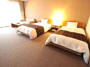 温泉ホテル 温井スプリングス:全室から美しい龍姫湖が望めます!洋室・和室2タイプの広々としたお部屋でゆっくりおくつろぎ下さい。
