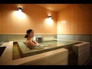 菊の時季フロア「菊万葉」専用の家族風呂は5.5畳と広々♪お好きなときにお楽しみいただけます。