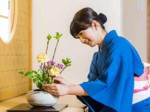 和室には心を込めた生花で皆さまをお出迎え。