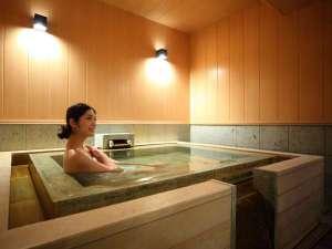 菊の時季フロア「菊万葉(内風呂温泉つき)」の室内温泉は余裕のある造り!ゆっくりお楽しみいただけます
