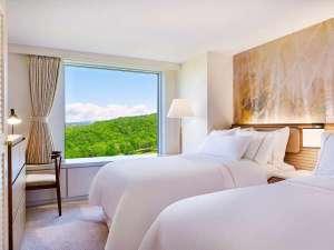 ウェスティン ルスツリゾート:【全室メゾネット】客室例/ベッドルーム:リビングの他、テレビと空気清浄機設置のベッドルームをご用意。