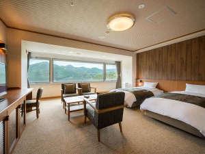 鳴子温泉 湯元 吉祥:最上階にあるデラックスツイン♪ひろ~い窓から見る鳴子温泉峡は絶景★次の間では布団でもおやすみ頂けます