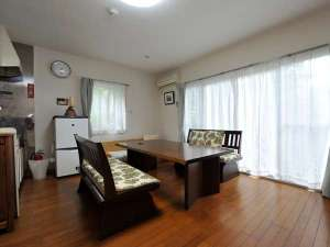 かわづの里:<1階リビング>2階はベッドルームが2部屋 キッチン、冷蔵庫付き