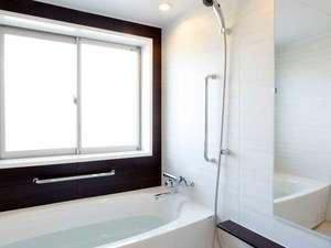 高室山温泉 パノラマホテル(旧:小さなサンタフェまきばの宿):ゆったりサイズのバスルームでは、手足を伸ばして掛け流しの天然温泉を存分に♪