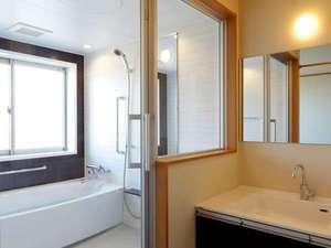 高室山温泉 パノラマホテル(旧:小さなサンタフェまきばの宿):ゆったりサイズのバスルームでは自家源泉の天然温泉を心ゆくまで。