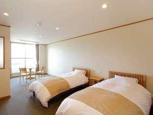 高室山温泉 パノラマホテル(旧:小さなサンタフェまきばの宿):シンプルなインテリが心地よい客室は約30㎡のゆとり(一例)