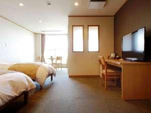 高室山温泉 パノラマホテル(旧:小さなサンタフェまきばの宿):清潔感あふれる客室は約30平米のゆとり。山側・海側どちらからの眺めも良好です♪