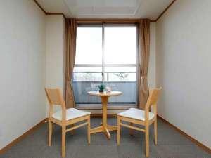 高室山温泉 パノラマホテル(旧:小さなサンタフェまきばの宿):全ての客室には大きな窓とテラスを完備(全室禁煙)