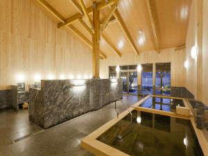 木の香り漂う美人の湯 フォンタナの丘かもう:木の香り漂う源泉掛け流し露天風呂付き大浴場(男性)