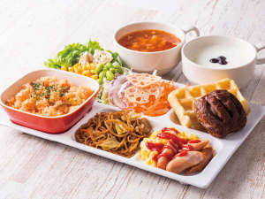 コンフォートホテル燕三条:◆盛り付け例◆ピラフやワッフルを中心にサラダで彩りUP!焼きそばやスープ、ヨーグルトもお好みで!