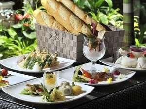 【朝食】焼き立ての多種類のパンが並びます。沖縄産の海藻・アーサを練りこんだバゲットも。