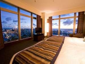 沖縄かりゆしアーバンリゾート・ナハ:最上階15階に位置する絶景ビューが自慢のコーナールーム☆カーテンを開くと素敵な景色が広がります。