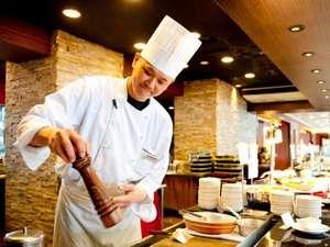 【朝食】シェフが目の前で調理するオープンキッチン。
