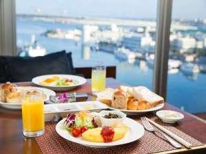 沖縄かりゆしアーバンリゾート・ナハ:東シナ海を眺めるシート(プレミアムフロア特典)きらきらと輝く海、天気の良い日は慶良間諸島が望めます