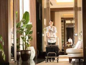 沖縄かりゆしアーバンリゾート・ナハ:エントランスからロビーまでのアプローチ。ベルスタッフがお客様のお荷物をお運び致します。