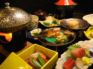 源泉かけ流しの宿 石廊館:お料理を囲んで、楽しい語らいのひとときを。