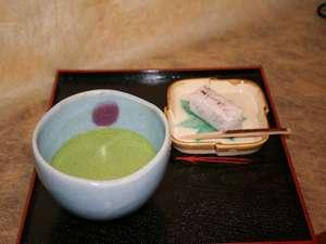 ウェルカムドリンクはお茶処松江にちなんで抹茶のサービス。ロビーにていただく。