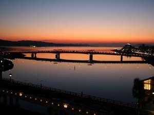 夕日で有名な宍道湖。コントラストが美しい夕暮れのひととき。