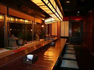 幻想的な夜の松江大橋を望む湯上り処。古材を生かした趣ある造り。お茶の無料サービスも!