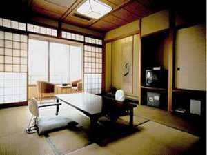リバービューの10畳客室。眼下には情緒あふれる大橋川、その先には宍道湖を望む。