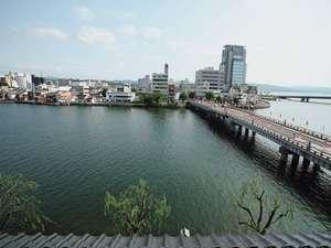 大橋川、宍道湖を一望できる川側客室からの眺め。