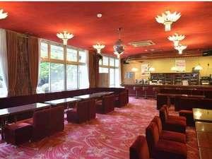 フォレストリゾート ゆがわら万葉荘:昭和レトロなラウンジです♪コーヒーサービス、カラオケ、憩いの場。