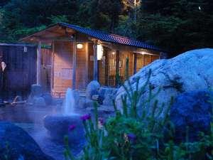 水明館 佳留萱山荘(かるかやさんそう):夕方から夜になっていく露天風呂