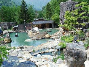 水明館 佳留萱山荘(かるかやさんそう):250人が一度に入れるという混浴大露天風呂です。洞窟になっているところもあります。
