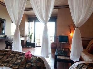 バリリゾートin石垣島:バリ直輸入のオーダーメイド家具に包まれた客室は、全室オーシャンビュー・ジャグジーバス付