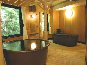 健康・旬彩の宿 ホテル守田:●貸切風呂●源泉かけ流しのあつ湯とぬる湯の2槽。広い室内&信楽焼陶器は肌触りなめらかで雰囲気◎