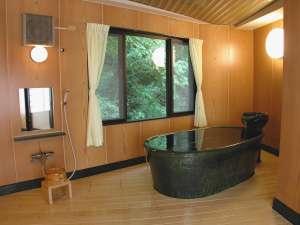 ●特別室の風呂●信楽焼陶器のお風呂は肌触りなめらか。広い室内も手伝い、雰囲気&高級感バッチリ!